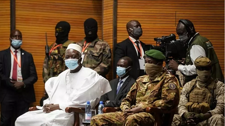 Le président de transition, Mali Bah Ndaw, lors de sa cérémonie d'assermentation au CICB, à Bamako le 25 septembre 2020. Michele Cattani / AFP