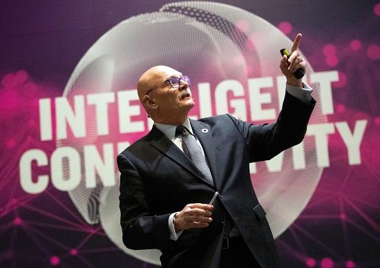 Le PDG de la GSMA, John Hoffman, lors de la conférence de presse pour présenter le Mobile World Congress 2019 / EFE
