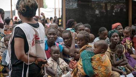 Personnel soignant et patients dans les locaux de MSF, au camp de réfugiés de Mpoko, à Bangui, Centrafrique. (Photo d'illustration) © Yann Libessart/MSF