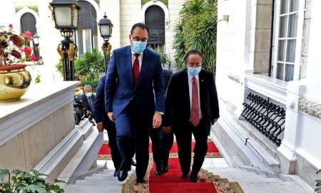 Le Premier ministre égyptien Mostafa Madbouly (g) reçoit son homologue soudanais Abdalla Hamdok au Caire, le 11 mars 2021 © Selman Elotefy