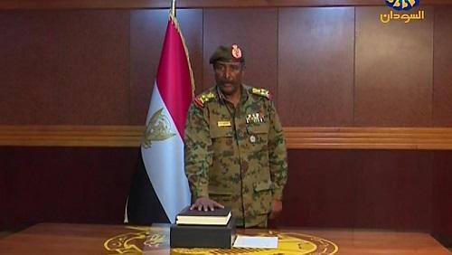 Le général Abdel Fattah Abdelrahman a prêté serment à la tête du Conseil militaire de transition, à Khartoum, le 12 avril 2019, après la démission du général Ahmed Ibn Auf. © Sudan TV / AFP