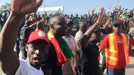 Saliou Ciss, Mbaye Diagne et Sadio Mané (de gauche à droite), lors du retour des Lions de la Teranga à Dakar, le 20 juillet 2019, au lendemain de la finale perdue de la CAN 2019. © Guillaume Thibault/RFI