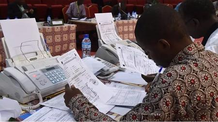 Des agents de la Céni au Niger lors d'opérations électorales en mars 2016 (image d'illustration). ISSOUF SANOGO / AFP