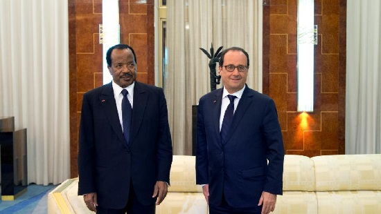 Paul Biya pose avec l'ex-président français François Hollande lors de leurs rencontre, vendredi 3 juillet, à Yaoundé. © AFP PHOTO / ALAIN JOCARD