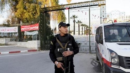 Un policier monte la garde à l'extérieur du musée du Bardo à Tunis, le 8 avril 2015. © REUTERS/Anis Mili