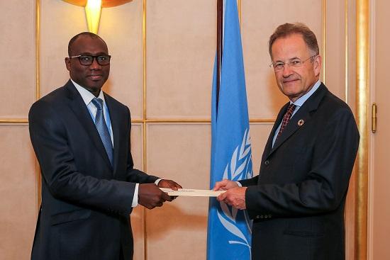 L'Ambassadeur Coly Seck présentant ses lettres de créances à Michael Møller, Directeur général de l'Office des Nations unies à Genève.