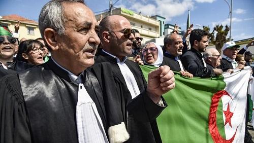 Avocats et juges ont défilé ce samedi 13 avril pour l'indépendance de la justice devant le ministère de la Justice à Alger. © RYAD KRAMDI / AFP