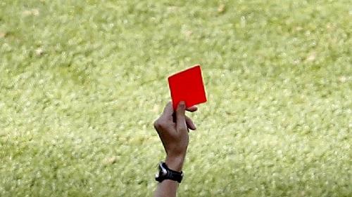 la FIFA bannit un arbritre tanzanien à vie