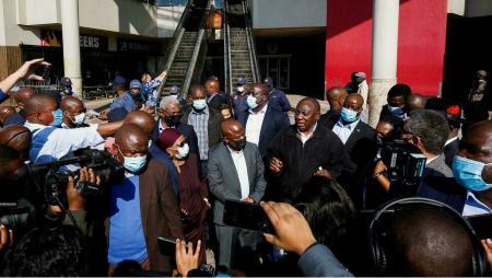 Le président Cyril Ramaphosa (c.d.) s'est rendu ce vendredi 16 juillet à Durban (Afrique du Sud), durement touchée par les violences de cette semaine. REUTERS - ROGAN WARD