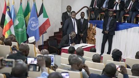La CVJRR est prévue par le Forum de Bangui en 2015 et réinscrite dans l'accord de Khartoum (photo: signature d'un participant à l'accord de Khartoum à Bangui le 6 février 2019). © AFP Photos/Florent Vergnes