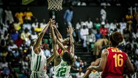 Les Sénégalaises et les Mozambicaines se sont livré à un combat féroce, ce 16 août à la Dakar Arena, en demi-finale de l'Afrobasket 2019. Courtesy of FIBA