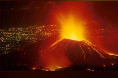 Le ciel a changé de couleur après l'éruption volcanique du mont Nyiragongo le 22 mai 2021. Photo: RSA