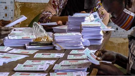 Les cartes d'électeurs sont vérifiés dans un centre de distribution, dans le quartier Koloma, à Conakry. RFI/Carol Valade