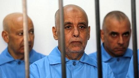 L'ancien Premier ministre de Kadhafi, Baghdadi Ali al-Mahmoudi (centre), dans une cellule lors de son procès à Tripoli, le 11 mai 2014. © MAHMUD TURKIA / AFP