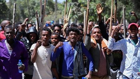 De jeunes Oromo manifestent devant la maison de l'activiste Jawar Mohamed, le 24 octobre 2019. © REUTERS/Tiksa Negeri