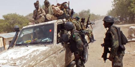 Des membres de la coalition régionale contre Boko Haram près de la ville de Fotokol, dans l'extrême nord du Cameroun, 19 février 2015. © Edwin Kindzeka Moki/AP/SIPA
