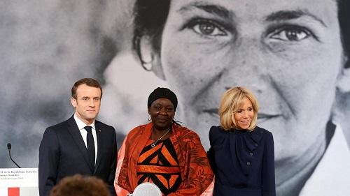La première édition du prix Simone Veil a récompensé la Camerounaise Aissa Doumara, remis par le couple Macron le 8 mars 2019. Reuters