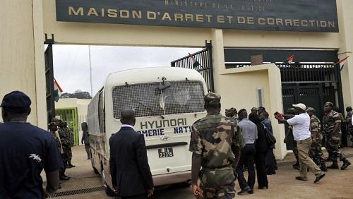 Un fourgon de la gendarmerie entre dans la prison d'Abidjan. «Il y a eu au moins 152 personnes qui sont décédées depuis 2014 dans les prisons en Côte d'Ivoire», dit François Patuel, chercheur sur l'Afrique de l'Ouest (image d'illustration). © SIA KAMBOU / AFP