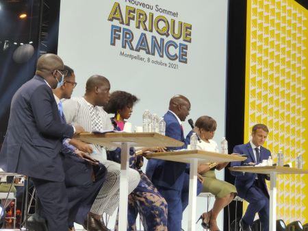 Le président français en compagnie de membres de la société civile africaine au Sommet Afrique France à Montpellier