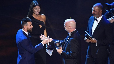 L'Argentin Lionel Messi (à gauche) a reçu le prix The Best FIFA de joueur de l'année 2019. REUTERS/Flavio Lo Scalzo