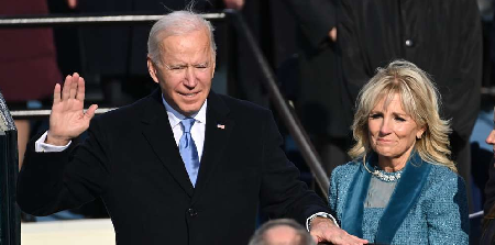 Joe Biden prête serment aux côtés de sa femme Jill Biden © Crédit photo : SAUL LOEB