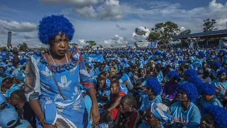 Le 7 avril 2019, les militants du Parti démocratique progressive (DPP) attendent dans un stade de la capitale le lancement officiel de la campagne électorale par le président du pays Peter Mutharika, issu de leurs rangs. © AMOS GUMULIRA / AFP