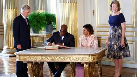 Félix Tshisekedi signe le livre d'or du roi Philippe de Belgique, lors de sa visite d'Etat, le 17 septembre 2019. © REUTERS/Francois Lenoir