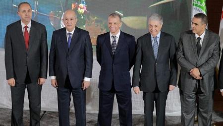 L'ancien ministre de la Culture Azzedine Mihoubi (g.), les ex-Premiers ministres Abdelmadjid Tebboune (2e g.) et Ali Benflis (4e g.), Abdelaziz Belaïd (d.) et l'ex-ministre du Tourisme Abdelkader Bengrina (c.) le 16 novembre 2019 à Alger. © AFP