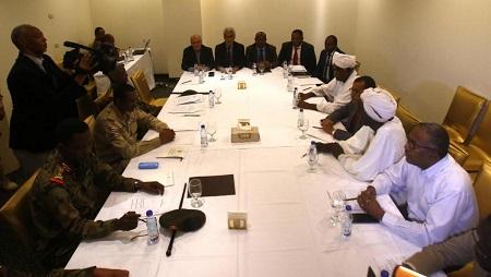 Les représentants du conseil militaire soudanais et du mouvement de protestation Alliance pour la liberté et le changement lors d'une rencontre au Corinthia Hotel à Khartoum le 3 juillet 2019 (image d'illustration). © ASHRAF SHAZLY / AFP