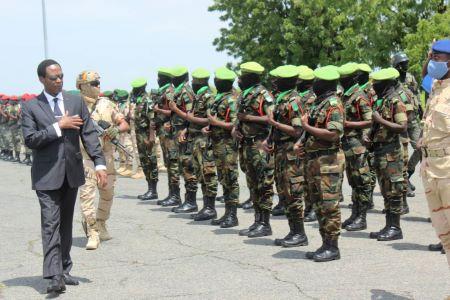 Joseph Beti Assomo, Ministre délégué à la Présidence, chargé de la défense salut les soldats.