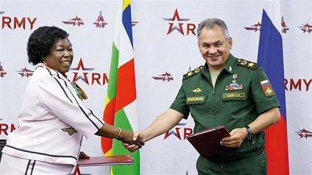 Les ministres centrafricaine et russe de la Défense