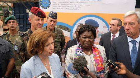 La ministre française des armées Florence Parly lors d'une visite à la mission européenne en Centrafrique EUTM-RCA. AFP. Archives