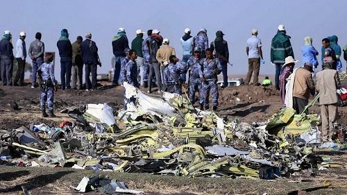 Les enquêteurs à pied d'œuvre sur le site du crash aérien en Ethiopie