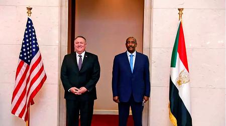 Mike Pompeo, le secrétaire d'État américain, et le général Abdel Fattah al-Burhan, chef du Conseil militaire de transition au Soudan. Le 25 aout 2020. Sudanese Cabinet via AP, File
