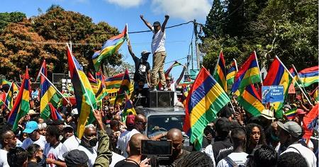 Des dizaines de milliers de Mauriciens sont descendus dans la rue de Mahebourg ce samedi 12 septembre pour dénoncer la mauvaise gestion de la marée noire. Fabien Dubessay / AFP