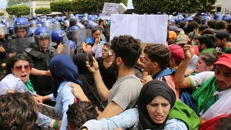 Des étudiants face aux forces de l'ordre dans les rues d'Alger, mardi 21 mai. Ramzi Boudina, Reuters