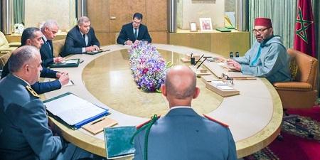 Mohammed VI avec les membres du comité de suivi. (Crédits : MAP)
