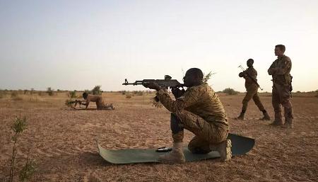 Des soldats burkinabè s'entraînent au tir dans le nord du Burkina Faso le 12 novembre 2019. (Image d'illustration) MICHELE CATTANI / AFP