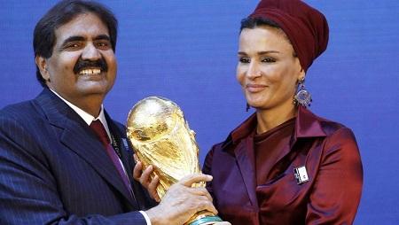 L'émir du Qatar, Cheikh Hamad Bin Khalifa al-Thani et son épouse Sheikha Moza Bint Nasser al-Misnad tiennent dans leurs mains une réplique du trophée de la Coupe du monde, le 2 décembre 2010 à Zurich, après l'attribution de l'édition 2022 au Qatar. REUTERS/Arnd Wiegmann