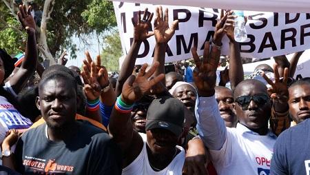 Des manifestants demandent la démission du président Adama Barrow, le 16 décembre 2019 à Banjul, en Gambie. © Romain CHANSON / AFP