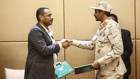 Le général Hamdan Daglo, vice-président du Conseil militaire de transition, et Ahmed Rabie, leader de la contestaiton civile, après avoir signé la déclaration constitutionnelle à Khartoum, le 4 août 2019. © ASHRAF SHAZLY / AFP