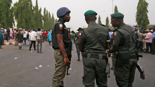 Des membres de la brigade spéciale de la police nigériane suspectés d'avoir abattu d'une balle perdue Kolade Johnson