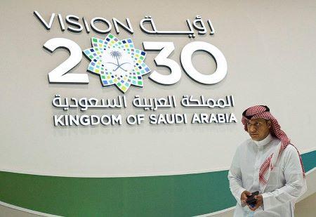 """Vision 2030"""" sur un stand consacré à l'Arabie saoudite lors du Congrès mondial de l'énergie à Abu Dhabi, aux Émirats arabes unis - AP/JON GAMBRELL"""