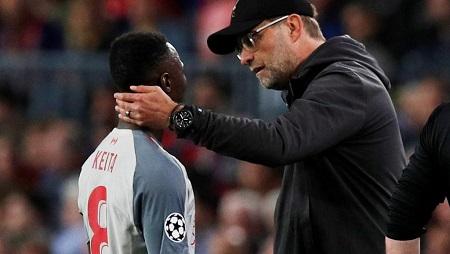 Le Guinéen Naby Keita et son entraîneur à Liverpool, Jürgen Klopp, le 1er mai 2019, en demi-finale aller de la Ligue des champions, face à Barcelone. REUTERS/Albert Gea