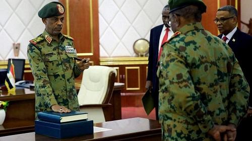 Le général Abdel Fattah Abdelrahman a prêté serment à la tête du Conseil militaire de transition, à Khartoum, le 12 avril 2019, après la démission du général Ahmed Ibn Auf