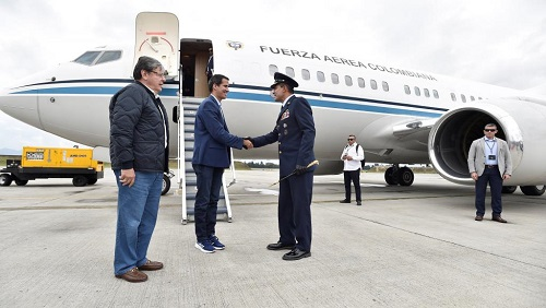 L'opposant vénézuélien Juan Guaido président par intérim autoproclamé à son arrivée à la base militaire colombienne de Catam, dans les environs de Bogotá, aux côtés du chef de la diplomatie colombienne Carlos Holmes Trujillo, le 24 février 2019.. Courtesy of Colombian Presidency/Handout via REUTERS
