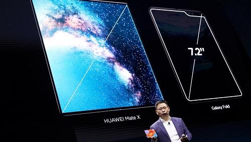 Richard Yu, directeur général de la branche grand publicde Huawei, présente le Mate X, tout premier téléphone pliable de la marque compatible avec les futurs réseaux 5G. A Barcelone, le 24 février 2019. REUTERS/Sergio Perez