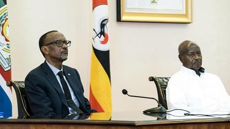 Les présidents rwandais et ougandais, Paul Kagame et Yoweri Museveni, en 2018 à Entebbbe (image d'illustration). © Michele Sibiloni / AFP