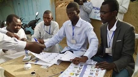 Des employés procédant au dépouillement des votes dans un bureau de vote à Ndjamena (illustration)